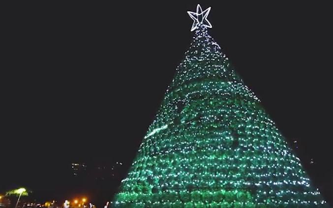 Temporal Abala Estruturas Da árvore De Natal Instalada Ao Lado Da