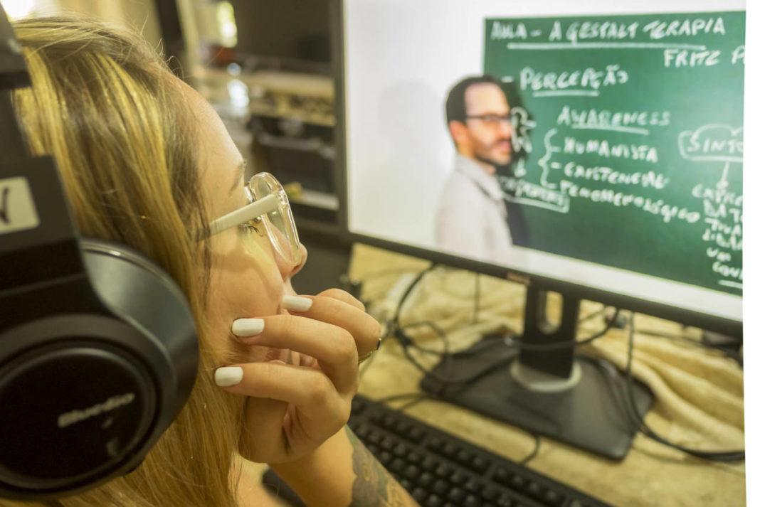 Alunos da UEM em risco de vulnerabilidade social ou econômica devem se inscrever para obter aparelhos eletrônicos para aulas remotas