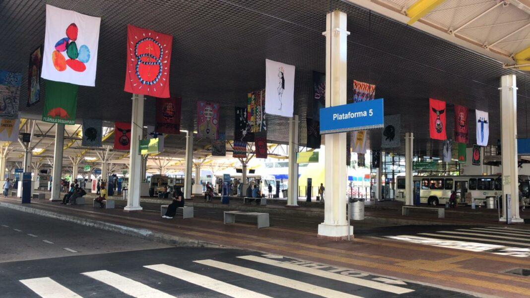 Exposição de bandeiras no terminal urbano de Maringá