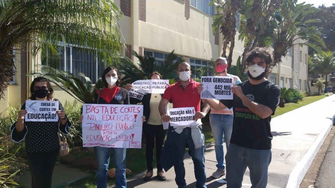 Professores de Maringá fazem protesto durante visita de ministro da Educação